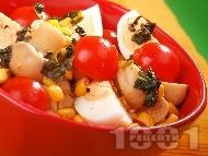 Салата с яйца, чери домати, мариновани гъби и царевица